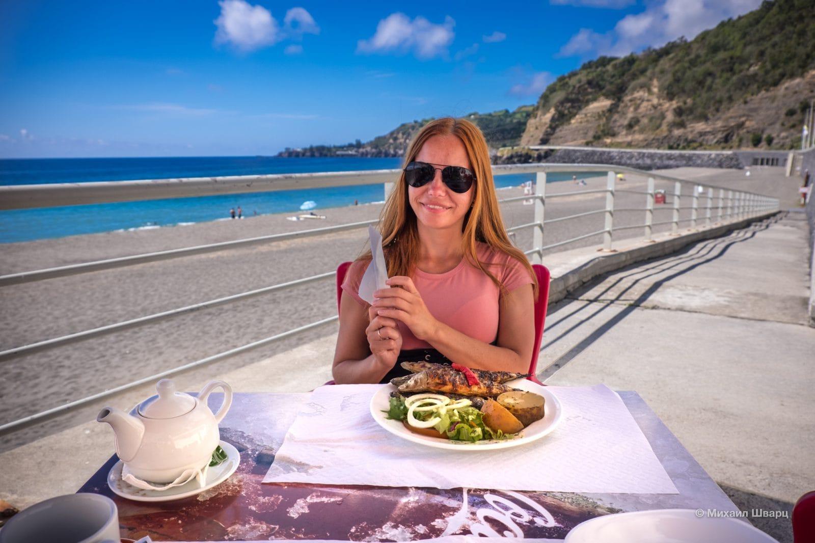 Приятно пообедать на берегу океана