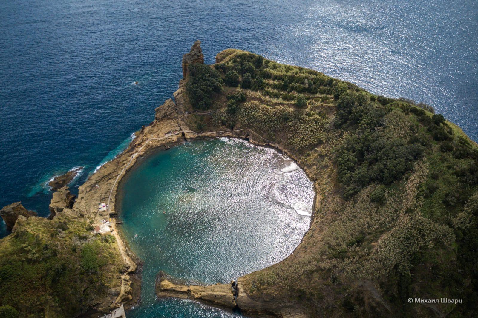 Котел вулкана, заполненный водой