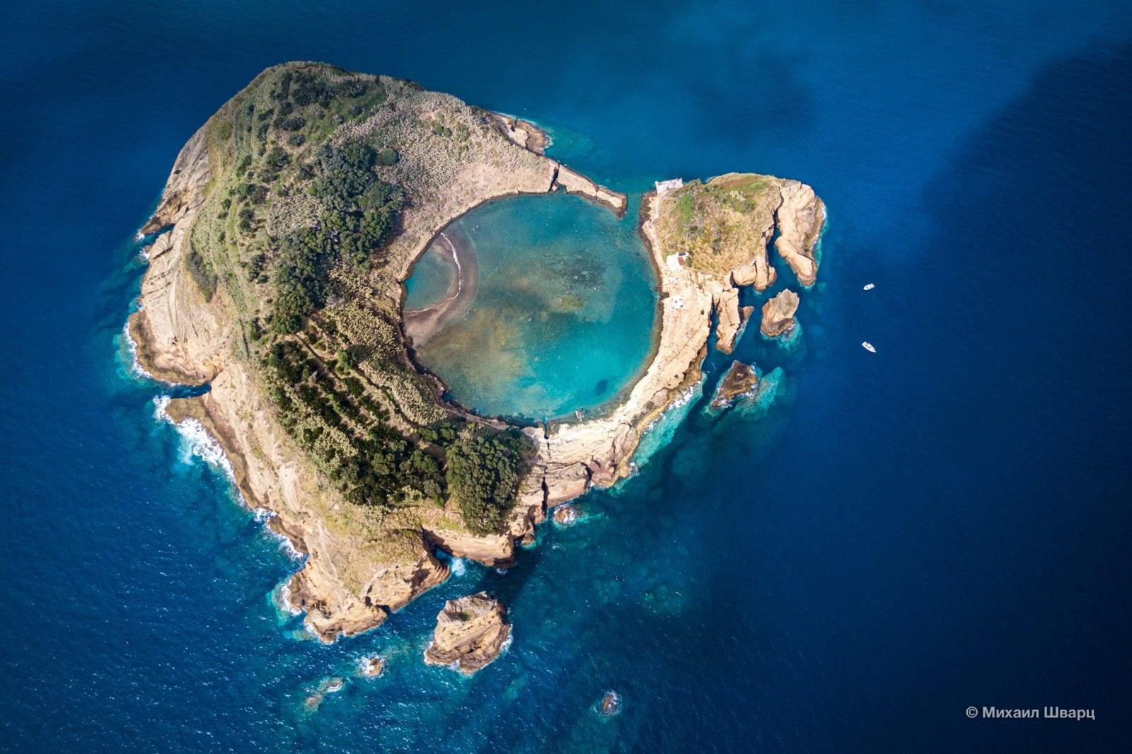 Видно на сколько глубоко уходит остров под воду
