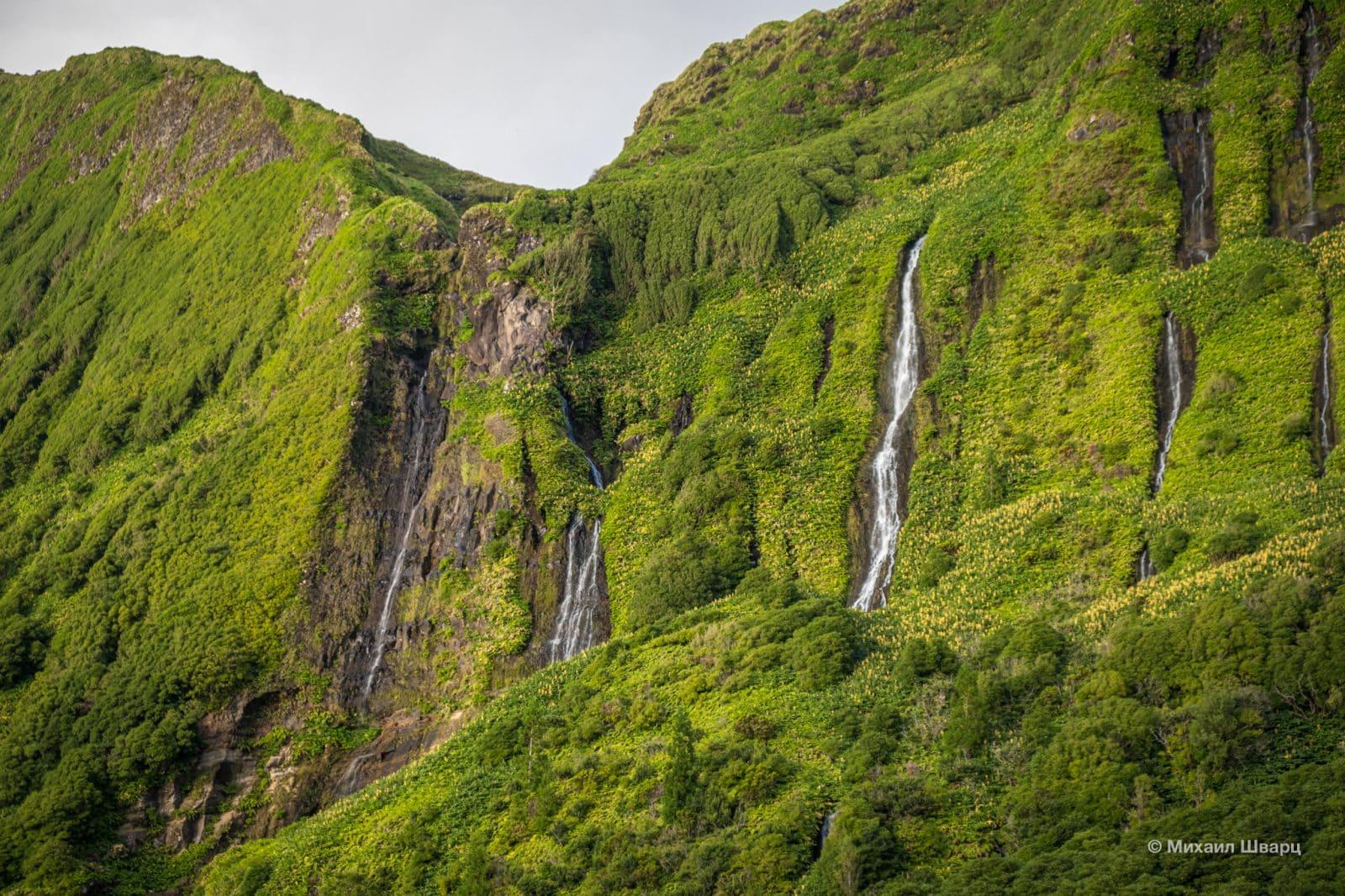 Множество небольших водопадов