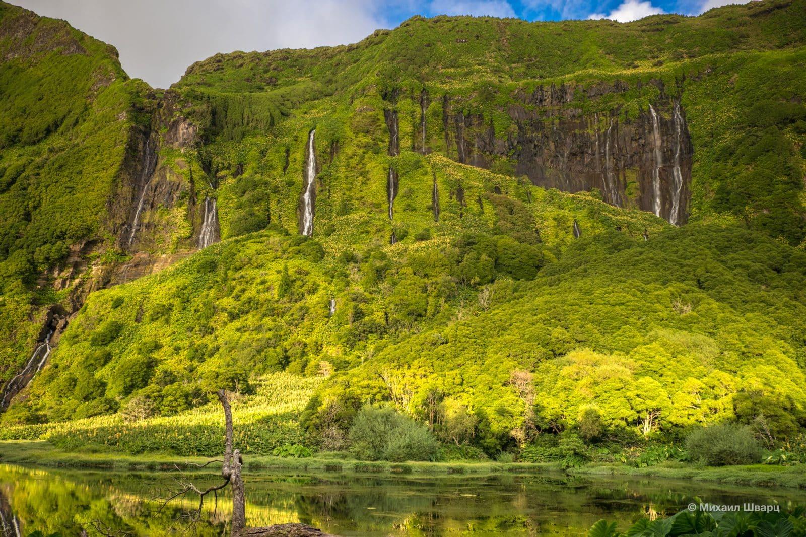 Озеро, куда впадают водопады
