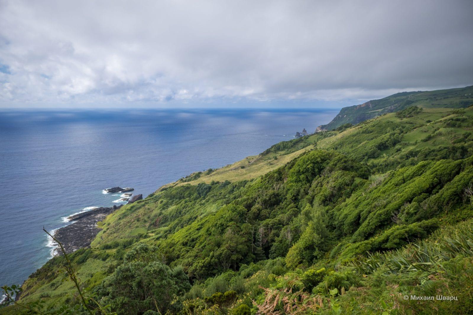 Зеленые скалы на фоне океана