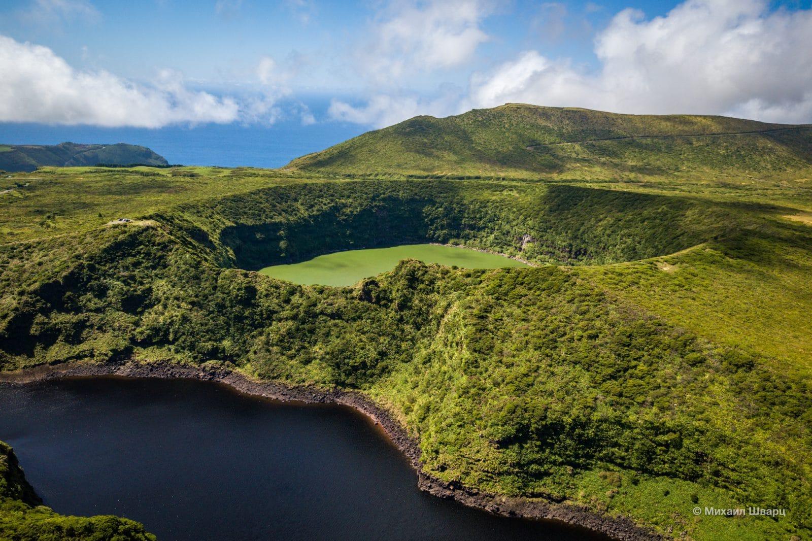 Озера расположены  в вулканических кратерах и находятся рядом