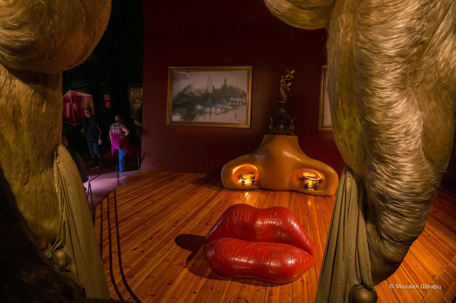 А так видно комнату с неправильного ракурса