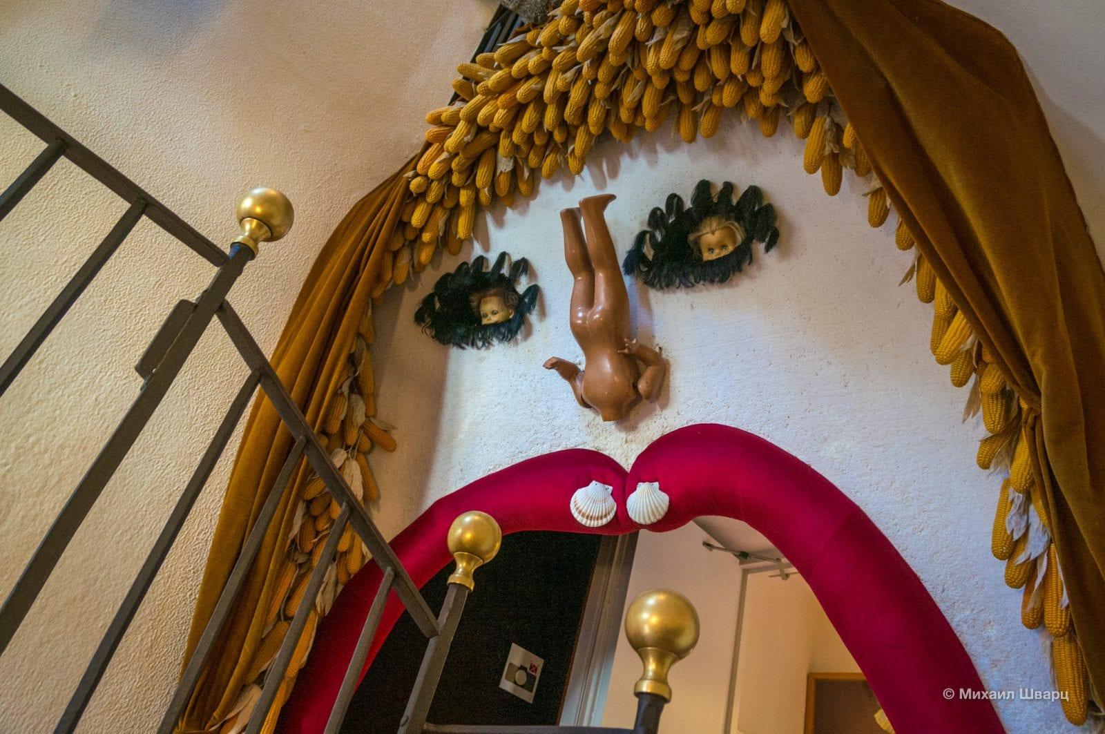 Вход в экспозицию с лестницы и кукла-инсталляция в пролете