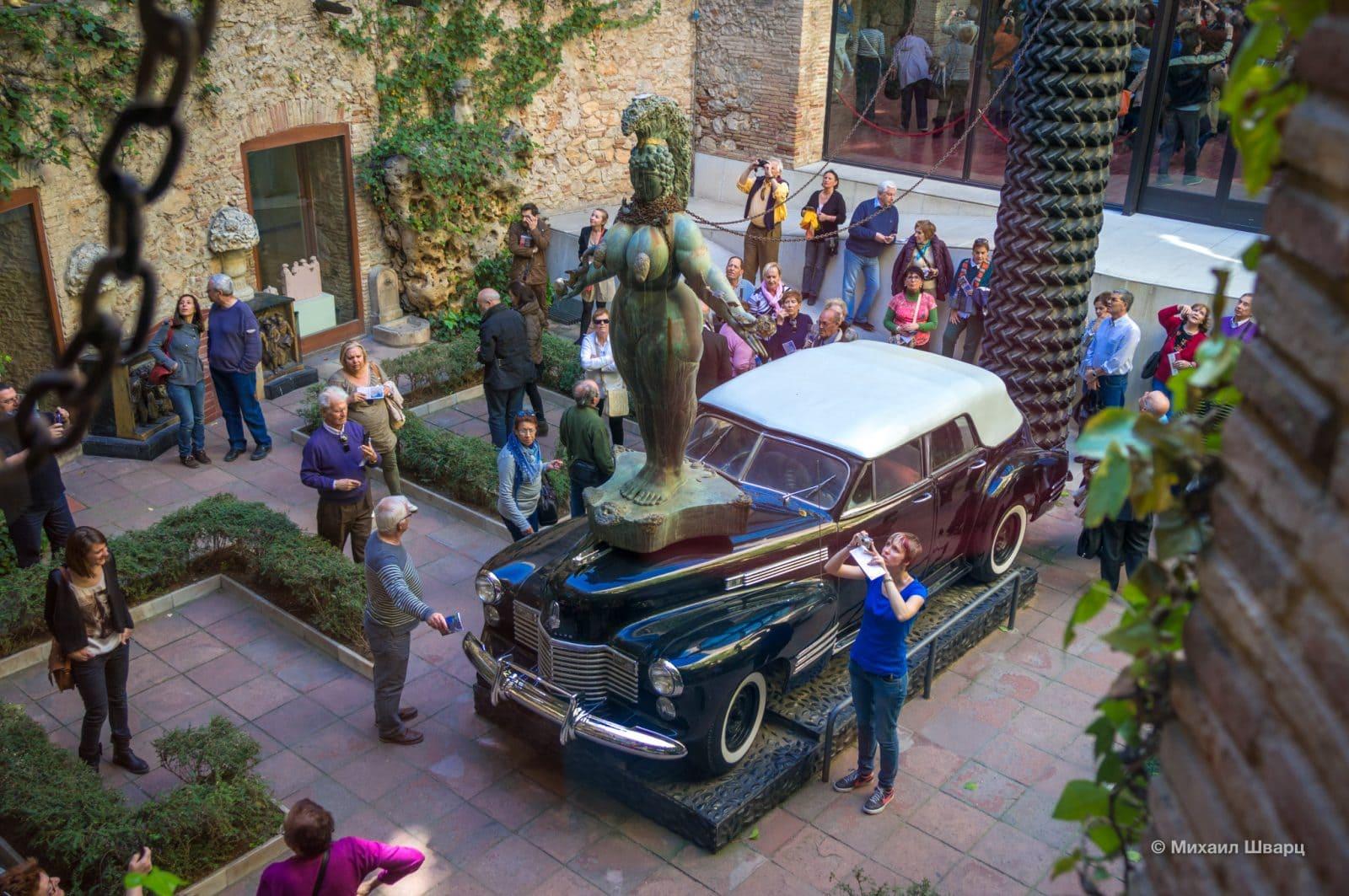 Монументальная инсталляция «Дождливое такси»