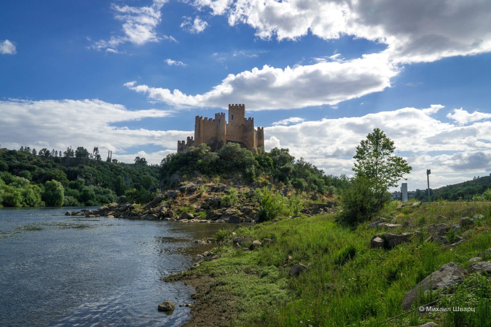 Из замка удобно контролировать передвижение по реке