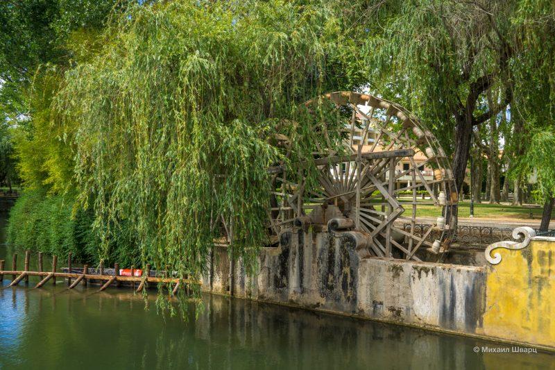 Деревянное гидравлическое колесо в парке Моушан