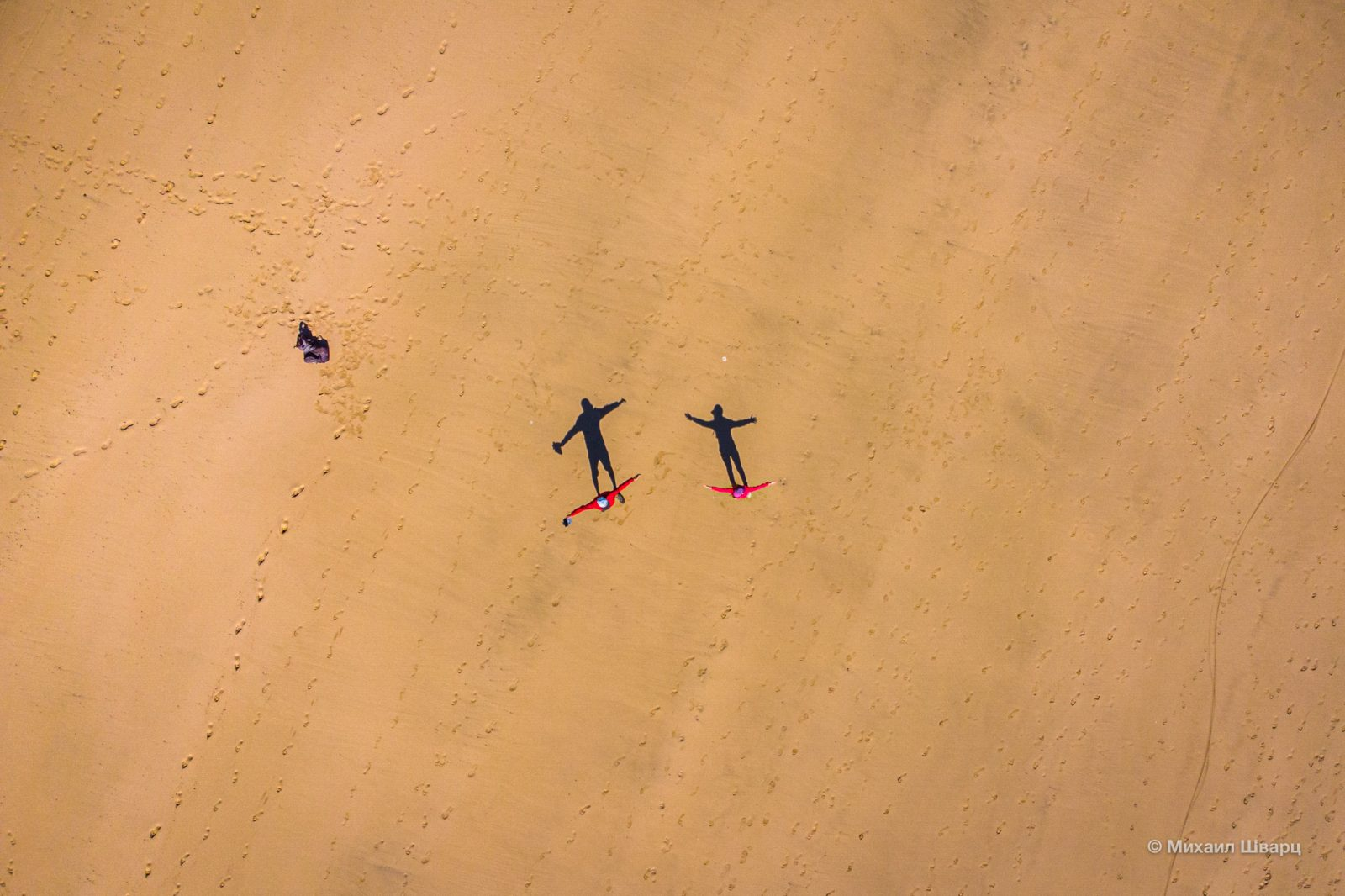 И только тени на песке