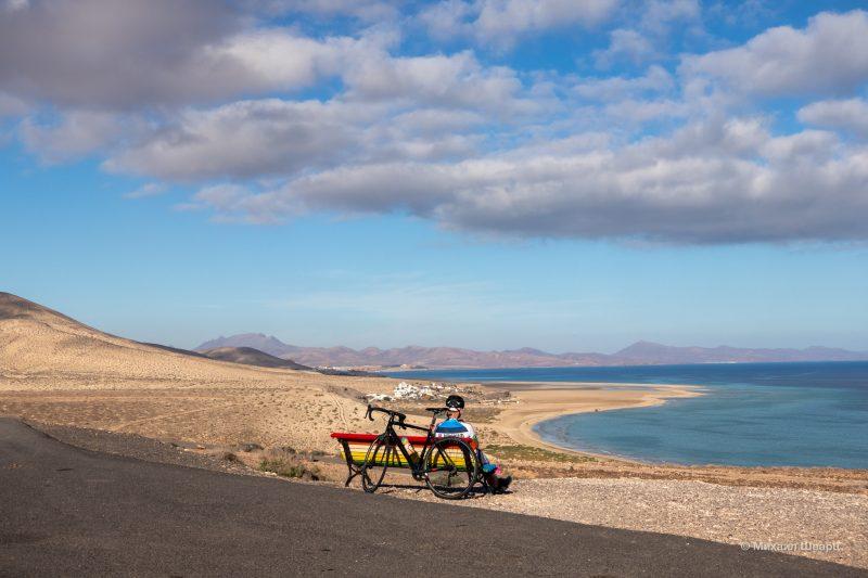 Велосипедист на смотровой Mirador del Salmo