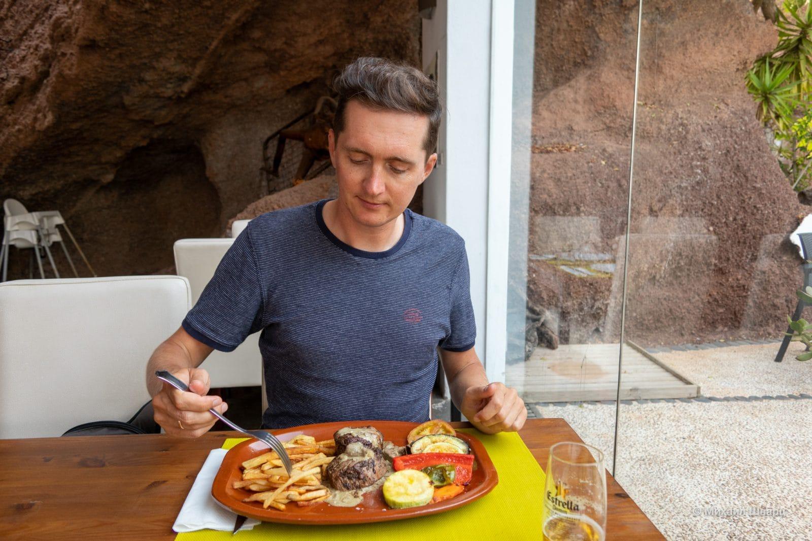 Cтейк со сливочным соусом из фуа-гра и грибами